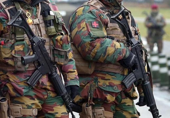 3月23日、ベルギーの国内紙は、22日のブリュッセルの空港での爆発に関連したとされるナジム・ラーシュラウイ容疑者を市内で逮捕したと報じた。空港近辺の警備にあたる兵士(2016年 ロイター/Christian Hartmann)