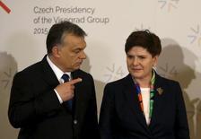 Премьер-министр Венгрии Виктор Орбан (слева) и премьер Польши Беата Шидло на саммите в Праге 15 февраля 2016 года. Польша сегодня не в состоянии принимать мигрантов, заявила в среду Шидло, присоединив свой голос к хору политиков ЕС, которые недовольны валом беженцев. REUTERS/David W Cerny