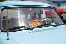 """Foto de archivo de un auto antiguo en La Habana con el logo de la mítica banda de rock The Rolling Stones, que tocarán en Cuba el viernes. Mar 19, 2016. Los Rolling Stones dijeron el miércoles sentirse """"muy felices"""" por el concierto gratuito de este viernes en La Habana, un hito en el país de Gobierno comunista que en el pasado prohibió la música de la banda inglesa por considerarla """"diversionismo ideológico"""".  REUTERS/Ivan Alvarado"""