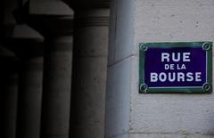 La Bourse de Paris est attendue en légère baisse jeudi, dernier jour d'une semaine écourtée par le long week-end pascal, dans un contexte de nouvelle hausse du billet vert, qui plombe les cours des matières premières et toutes les valeurs boursières qui leur sont liées. Le CAC 40 est attendu en baisse de 0,72%. /Photo d'archives/REUTERS/Christian Hartmann
