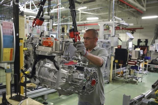 A employee handles the new R240 electric engine by French carmaker Renault for their Zoe model automobile at their factory in Cleon, Western France, July 20, 2015.  REUTERS/Philippe Wojazer