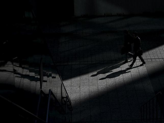 3月24日、三菱商事は資源価格の低迷を踏まえ、チリ銅事業などで2016年3月期に総額4300億円の減損を見込むと発表した。写真は1月20日、都内ビジネス街を歩く男性たち(2016年 ロイター/Toru Hanai)