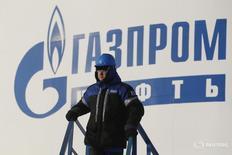 Рабочий на заводе Газпромнефти в Ханты-Мансийске 28 января 2016 года. Газпромнефть, нефтяное крыло Газпрома, увеличит добычу углеводородов не менее чем на 5 процентов в 2016 году, пообещал в четверг первый заместитель генерального директора компании Вадим Яковлев. REUTERS/Sergei Karpukhin