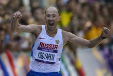 Russia's Sergey Kirdyapkin celebrates after crossing the finish line to win the men's 50km race walk during the London 2012 Olympic Games at The Mall August 11, 2012.  REUTERS/Paul Hackett