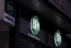 Banco Popolare et Banca Popolare di Milano (BPM) ont détaillé jeudi leur projet de fusion, qui doit créer la troisième banque d'Italie, particulièrement bien implantée dans les régions riches du nord du pays. Ce mariage pourrait marquer le coup d'envoi d'un vaste mouvement de consolidation du secteur bancaire italien, bien plus fragmenté que ceux des pays voisins. /Photo d'archives/REUTERS/Stefano Rellandini