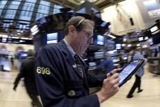 Трейдер на фондовой бирже Нью-Йорка. Фондовые индексы США снизились в начале торгов четверга накануне длинных пасхальных выходных и на фоне укрепления доллара, оказавшего давление на нефтяные цены. REUTERS/Brendan McDermid