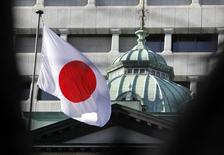 Una bandera japonesa izada en la sede del Banco de Japón, en Tokio. 25 de febrero de 2013. Los funcionarios del Banco de Japón tuvieron un debate agitado durante su revisión de la política monetaria en marzo, al examinar las ventajas y desventajas de su decisión de enero de adoptar tasas de interés negativas, e incluso uno dijo que sería preferible abandonar ese enfoque. REUTERS/Yuya Shino