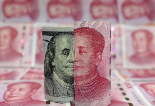 3月25日、中国人民銀行金融政策委員会の黄益平委員は、米ドルが向こう数カ月間で大幅に上昇すれば、人民元に下落圧力がかかるとの見方を示した。写真は北京で1月撮影(2016年 ロイター/Jason Lee)