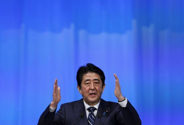 3月25日、安倍晋三首相(写真)は1億総活躍国民会議で、長時間労働の是正に向け、事業者に対する指導強化を含めた仕組み作りを進める考えを示した。都内で13日撮影(2016年 ロイター/Yuya Shino)