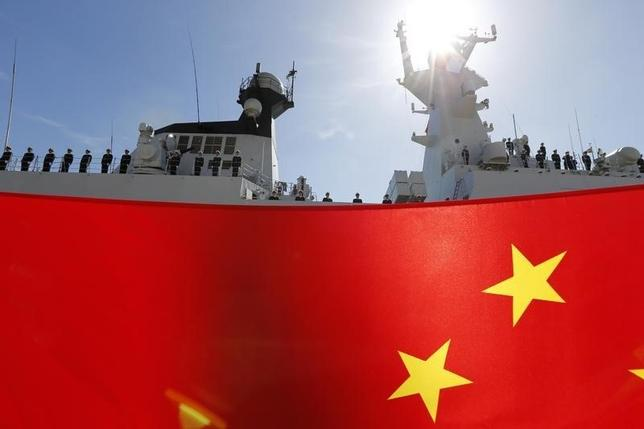 3月24日、中国は、アフリカ東部ジブチに建築中の海外初となる海軍基地について、その目的は地域の安全と発展への貢献と説明することで、同国の軍拡主義を懸念する国際社会に対して異例の「友好アピール」に打って出ている。写真はマルタで歓迎を受ける中国海軍のフリゲート艦。2013年3月撮影(2016年 ロイター/Darrin Zammit Lupi)