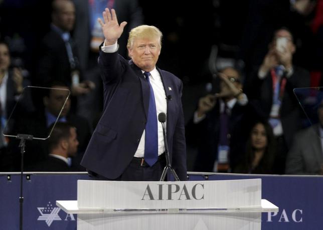 3月27日、米大統領選の共和党候補指名争いでトップを走る不動産王ドナルド・トランプ氏(写真)は、日本と韓国が独自で核兵器を製造することを容認する可能性を示した。21日撮影(2016年 ロイター/Joshua Roberts)