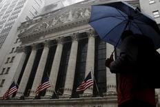 Las acciones operaban con avances el lunes en la Bolsa de Nueva York, tras los datos que mostraron un repunte del gasto del consumidor estadounidense en febrero, la señal más reciente de que la recuperación de la economía está tomando impulso. En la imagen, un hombre pasea frente a la sede de la Bolsa de Nueva York, en Manhattan, el 24 de febrero de 2016.  REUTERS/Brendan McDermid