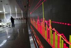 Брокерская контора в Пекине. 27 января 2016 года. Основные фондовые индексы Китая опустились более чем на 1 процент по итогам торгов вторника до самых низких уровней за почти две недели, продолжая утрачивать позиции, завоеванные в ходе ралли, позволившего им подняться более чем на 10 процентов с минимумов февраля. REUTERS/Kim Kyung-Hoon