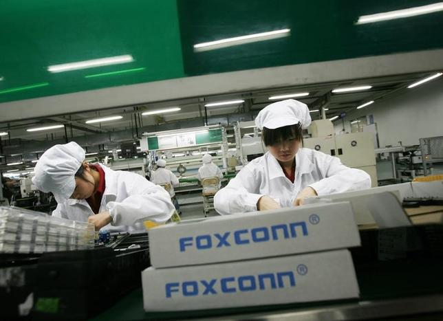 Employees work inside a Foxconn factory in the township of Longhua in the southern Guangdong province in this May 26, 2010 file photo.   REUTERS/Bobby Yip/Files