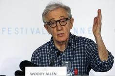 """Imagen de archivo del director Woody Allen en una conferencia de prensa del Festival de Cine de Cannes en mayo del 2015.  """"Cafe Society"""", de Woody Allen, iniciará el festival de cine de Cannes de este año, dijeron el martes los organizadores, la tercera vez que el reconocido escritor y director estadounidense abre el evento con una de sus películas. REUTERS/Regis Duvignau"""