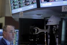 Трейдер на торгах фондовой биржи в Нью-Йорке 28 марта 2016 года. Индекс S&P 500 завершил торги вторника на самой высокой отметке в этом году, после того как глава Федрезерва США Джанет Йеллен призвала к осторожности в повышении процентных ставок. REUTERS/Brendan McDermid