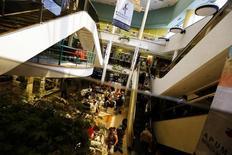 Vista del interior de un centro comercial en Santiago, 6 de noviembre de 2014. La actividad económica en Chile se habría expandido un 2,5 por ciento interanual en febrero, en medio de un fuerte avance en el consumo y del sorpresivo crecimiento que registró el sector manufacturero, reveló el miércoles un sondeo de Reuters. REUTERS/Ivan Alvarado