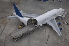 Boeing Co planea eliminar hasta 8.000 empleos en su división de aviones comerciales este año, según dos personas conocedoras de la situación, una decisión que podría reducir los costes en 1.000 millones de dólares y ayudarle en la batalla por las ventas que tiene con su rival europeo Airbus. En la imagen, trabajadores descargan un avión de carga en la planta de Boeing en North Charleston, EEUU, el 26 de marzo de 2015. REUTERS/Randall Hill