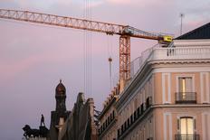 El precio medio de la vivienda en España sigue en recuperación y, según datos publicados el jueves por la tasadora Tinsa, experimentó una fuerte subida en algunas de las principales ciudades. En la imagen, el logo de OHL en una grúa en el edificio Centro Canalejas en construcción en Madrid, el 16 de marzo de 2016. REUTERS/Susana Vera