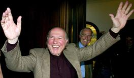 Escritor húngaro Kertész comemora Nobel em Berlim 10/10/2002 REUTERS/Arnd Wiegmann/Files