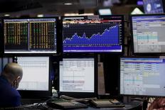 Трейдер на фондовой бирже Нью-Йорка. 28 марта 2016 года. Уолл-стрит демонстрирует незначительные изменения при открытии торгов в четверг, последний день волатильного первого квартала, в течение которого финансовые рынки находились под влиянием беспокойств о здоровье мировой экономики и падающих нефтяных цен. REUTERS/Brendan McDermid