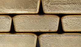 Foto de archivo de unos lingotes de oro fotografiados en Viena, Austria, 26 de agosto de 2011. Los precios del oro podrían caer por debajo de 1.200 dólares la onza en los próximos meses, dijeron analistas de Thomson Reuters GFMS en un reporte el jueves, ante las perspectivas de que suban las tasas de interés en Estados Unidos y la demanda física se mantenga débil. REUTERS/Lisi Niesner/Files