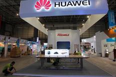 Huawei Technologies fait état vendredi d'un chiffre d'affaires 2015 en hausse de 37% à 395 milliards de yuans (53,8 milliards d'euros) et un bénéfice net en progression de 32% à 36,9 milliards de yuans. Le groupe est devenu l'an dernier le premier fabricant chinois de smartphones à écouler plus de 100 millions d'appareils sur une année. /Photo prise le 28 octobre 2015/REUTERS/Alex Lee