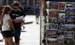 Touristes à Madrid. L'impasse politique dans laquelle se trouve l'Espagne ne devrait pas remettre en question la reprise de l'économie au premier trimestre de cette année, rapporte vendredi la Banque d'Espagne, qui a légèrement revu à la baisse sa prévision de croissance 2016 à 2,7%. /Photo d'archives/REUTERS/Sergio Perez