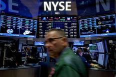 Трейдеры работают на фондовой бирже Нью-Йорка. Американский фондовый рынок вошёл во второй квартал с потерями, после выхода данных занятости за март, которые превысили ожидания, став признаком экономической мощи, которая вероятно позволит ФРС США постепенно поднимать процентные ставки в текущем году.  REUTERS/Brendan McDermid