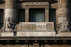 El logo del Banco de México en la fachada de su sede. 23 de enero de 2015.  Las remesas a México, una de las principales fuentes de divisas del país, crecieron en febrero un 13.6 por ciento interanual, según cifras divulgadas el viernes por el banco central. REUTERS/Edgard Garrido