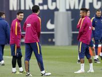 Messi treina ao lado de Suárez e Neymar no Barcelona.  1/04/16.  REUTERS/Albert Gea