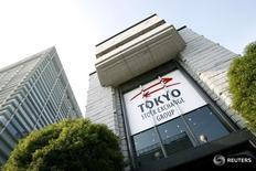 Вид на здание Токийской фондовой биржи 17 ноября 2008 года. Японский индекс Nikkei обновил минимум одного месяца в понедельник на фоне падения доллара к иене несмотря на превзошедшие ожидания данные о занятости в США, в то время как акции производителей автомобилей снизились после разочаровывающих данных о продажах.  REUTERS/Stringer