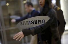 Samsung Bioepis, qui entend frapper fort sur le marché en plein essor des biosimilaires, a intenté une procédure judiciaire contre AbbVie, qu'il accuse de bloquer de bloquer toute tentative de copier son médicament vedette. /Photo prise le 6 janvier 2016/REUTERS/Kim Hong-Ji