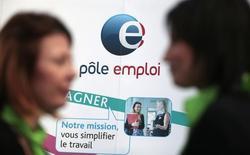 La tasa de paro en la zona euro cayó ligeramente en febrero al 10,3 por ciento, frente al 10,4 por ciento del mes anterior y el 11,2 por ciento de hace un año, según datos publicados el lunes por Eurostat. En la imagen, buscadores de empleo cerca de un stand de la agencia nacional de empleo francesa (Pole Emploi) durante un foro laboral en Niza, el 15 de marzo de 2016. REUTERS/Eric Gaillard