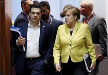 En la imagen, el primer ministro de Grecia, Alexis Tsipras (I) junto a la canciller alemana Angela Merkel en una reunión del líderes europeos el 18 de marzo de 2016. La revisión del rescate de Grecia debe concluir de inmediato, dijo el lunes el despacho del primer ministro Alexis Tsipras, mientras las conversaciones sobre los avances fiscales del país se reanudaban en medio de la tensión por la filtración de una transcripción que detallaba las tácticas del FMI para llegar a un acuerdo. REUTERS/Francois Lenoir