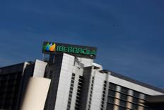 La constructora ACS anunció el lunes la venta de 89,98 millones de acciones de Iberdrola a un precio de 6,02 euros por título y al mismo tiempo ha contratado dos opciones de recompra por el mismo número de acciones de la sociedad. En la imagen, el logo de Iberdrola en su sede en Madrid, el 6 de octubre de 2014. REUTERS/Susana Vera