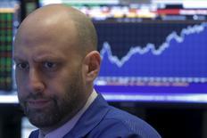 Трейдеры на фондовой бирже Нью-Йорка. Американский фондовый рынок закрылся снижением в понедельник, прекратив рост, благодаря которому акции достигли новых пиков 2016 года, поскольку спад бумаг сырьевого и промышленного сектора оказался сильнее, чем рост сферы здравоохранения. REUTERS/Brendan McDermid