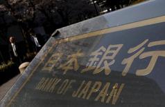El gobernador del Banco de Japón, Haruhiko Kuroda, subrayó el martes su disposición a relajar aún más la política monetaria, diciendo que los movimientos del mercado serán factores clave que el banco central examinará para decidir cuándo y cómo podría ampliar su estímulo. En la imagen, varias persoans caminan junto a la sede del Banco de Japón, el 31 de marzo de 2016.  REUTERS/Yuya Shino