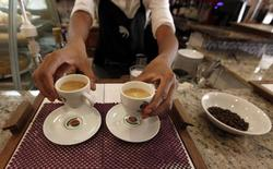 Un mesero sirve café a los clientes en un bar en Sao Paulo, 8 de febrero de 2011. La actividad del sector de servicios de Brasil se contrajo en marzo a su segundo ritmo más veloz desde que empezaron a tomarse registros privados, mostró el martes un sondeo, luego de sufrir un desplome histórico en febrero, por el impacto de la profunda crisis en la mayor economía de Latinoamérica. REUTERS/Nacho Doce