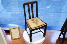 """Una silla de madera que usó la autora J.K. Rowling mientras escribía los dos primeros libros de la saga de """"Harry Potter"""" en la vidriera de la casa de subastas Heritage en Nueva York, abr 4, 2016. La silla se venderá en una subasta en Nueva York y alcanzaría un precio de decenas de miles de dólares.   REUTERS/Lucas Jackson"""