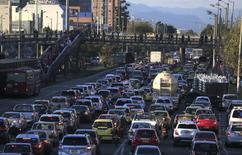 Vehículos en una jornada de alto tráfico en Bogotá, oct 20, 2015. La industria automotriz en Colombia enfrenta un panorama agridulce este año, con una mejora de competitividad por la depreciación del peso y por otra parte una caída en las ventas locales de vehículos, consideraron el martes representantes del sector y analistas.  REUTERS/Jose Miguel Gomez