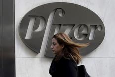 Женщина проходит мимо штаб-квартиры Pfizer в Нью-Йорке 23 ноября 2015 года. Американская фармацевтическая компания Pfizer Inc согласилась во вторник расторгнуть соглашение стоимостью $160 миллиардов о приобретении Allergan Plc, производителя инъекций против морщин Botox.  REUTERS/Brendan McDermid