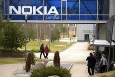 Le siège de Nokia à Espoo en Finlande. Nokia a lancé mercredi un programme de suppressions de postes après avoir finalisé en janvier le rachat du groupe franco-américain Alcatel-Lucent, l'équipementier télécoms finlandais ne précisant pas le nombre total de postes concernés. /Photo prise le 6 avril 2016/REUTERS/Antti Aimo-Koivisto/Lehtikuva