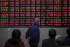 Inversores miran un panel electrónico que muestra información bursátil, en una correduría en Shanghái, China. 7 de marzo de 2016. Las acciones chinas cayeron el miércoles, pero quedaron cerca de su nivel más alto desde principios de enero, luego de que la encuesta más reciente sobre la actividad del sector de servicios del país ofreció más evidencia de una recuperación económica incipiente. REUTERS/Aly Song