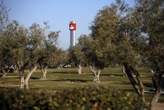 Los planes de Santander de cerrar unas 450 pequeñas oficinas en España afectarán a un total de 1.200 empleados, según los datos facilitados por la entidad a los sindicatos. En la imagen, el logo de Santander en una torre en la entrada de la sede de la empresa en Boadilla del Monte, cerca de Madrid, 16 de marzo de 2016. REUTERS/Juan Medina - RTSAYQI