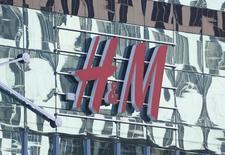 Foto de archivo de una tienda H&M en un centro comercial en Moscú, Rusia. 28 de febrero de 2016. Hennes & Mauritz, la segunda minorista de ropa más grande del mundo, reportó el miércoles una caída de sus ganancias en el primer trimestre fiscal menor a lo previsto debido a que el impacto de la fortaleza del dólar empezó a disiparse, aunque las ventas en marzo fueron débiles. REUTERS/Grigory Dukor/Files