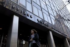 """Les laboratoires américains Pfizer et Allergan ont officialisé mercredi l'abandon de leur projet de fusion de 160 milliards de dollars (140 milliards d'euros), une victoire pour le président Barack Obama, engagé dans la lutte contre les opérations d'""""inversion fiscale"""". /Photo d'archives/REUTERS/Brendan McDermid"""