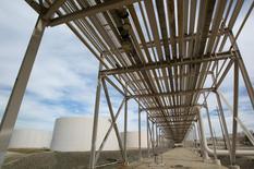 Les stocks américains de pétrole brut ont baissé la semaine dernière par rapport à leur niveau record de la semaine précédente mais les raffineries ont continué d'augmenter leur production et les importations ont diminué, selon les données hebdomadaires publiées mercredi l'Agence américaine d'information sur l'énergie (EIA). /Photo d'archives/REUTERS/John Gress