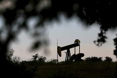 Станок-качалка в Циско, Техас 23 августа 2015 года. Цены на нефть прибавили почти 5 процентов в среду, после того как американское правительство сообщило о неожиданном сокращении запасов на прошлой неделе, в то время как рынки ожидали нового рекордного максимума. REUTERS/Mike Stone
