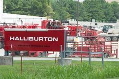 Техника Halliburton на производственной базе компании в Альварадо, Техас 2 июня 2015 года. Министерство юстиции США в среду подало иск с требованием заблокировать сделку по слиянию Halliburton Co и Baker Hughes Inc,, указывая на то, что объединение второй и третьей по величине нефтесервисных компаний подрывает конкуренцию в секторе. REUTERS/Cooper Neill